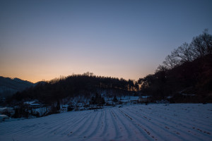 A snow covered farm at dusk in Hongcheon, South Korea (P.M. Lydon, FinalStraw | CC BY-SA)
